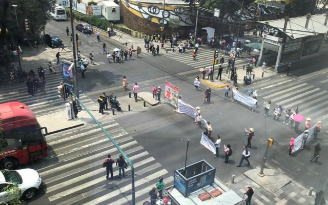 Damnificados del 19S bloquean Insurgentes Sur - Bloqueo en Insurgentes Sur. Foto de @JAVARGAS_RUBIO