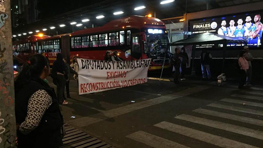 Continúa bloqueo de damnificados del 19S en Insurgentes. Noticias en tiempo real