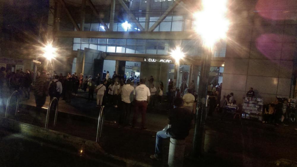 Bloquean taxistas regularizados avenida Tláhuac. Noticias en tiempo real