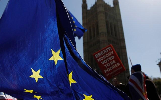 Cae producción de automóviles en Reino Unido por Brexit - Activistas ondean banderas de la Unión Europea cerca de las Casas del Parlamento en el centro de Londres. El principal negociador de Brexit dijo que la duración de cualquier demora en el divorcio que el bloque pueda otorgar a Gran Bretaña dependerá de qué plan traiga la primera ministra, Theresa May, a una crisis cumbre. Foto de Tolga AKMEN / AFP.