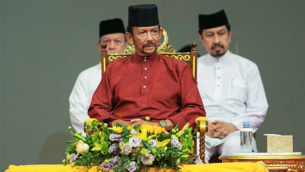Entra en vigor lapidación por relaciones homosexuales en Brunéi - El sultán Hassanal Bolkiah (C) de Brunei asiste a un evento en Bandar Seri Begawan el 3 de abril de 2019. Foto de AFP