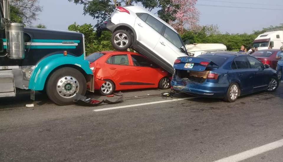 Carambola de al menos cinco vehículos en Tabasco - Foto de Tabasco Hoy