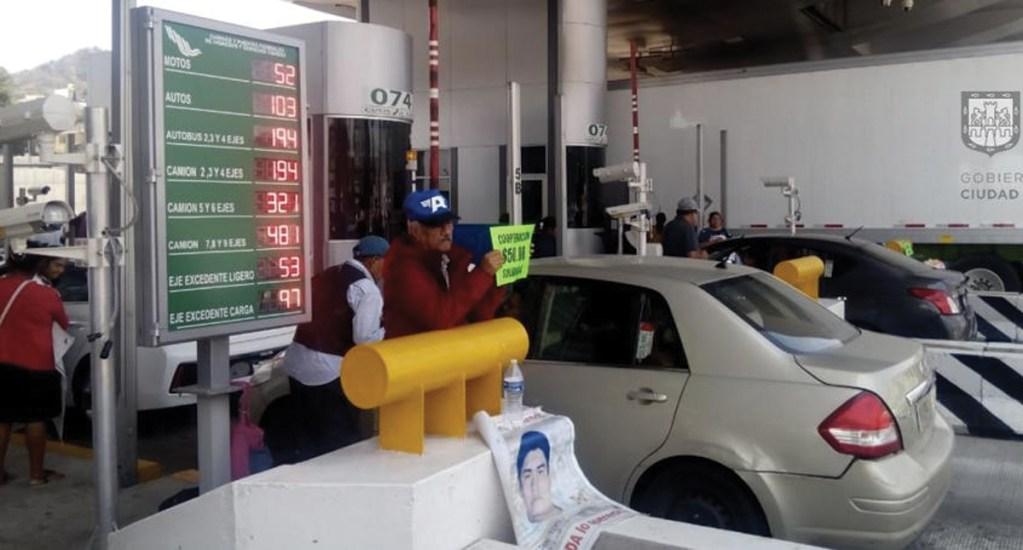 Familiares de normalistas toman caseta de la México-Cuernavaca - bloqueo méxico cuernavaca