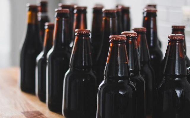 """Fox llama """"idiota"""" propuesta de vender cerveza 'al tiempo' - Cervezas. Foto de Adam Wilson / Unsplash"""