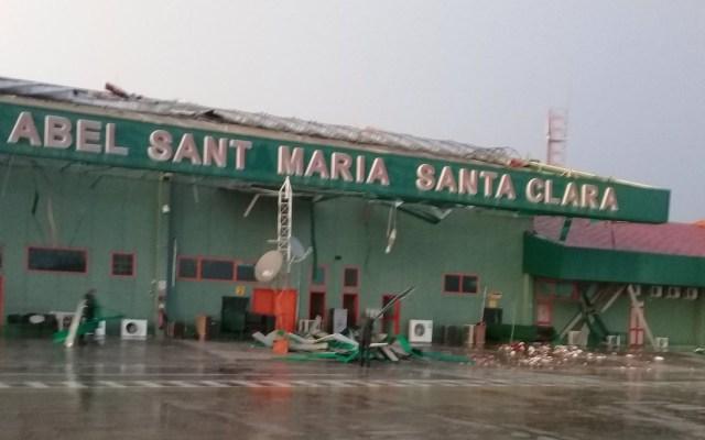 Daños por tormenta cierran Aeropuerto de Santa Clara en Cuba - Daños en techo del Aeropuerto Abel Santamaría. Foto de @AlbertoLpzDiaz