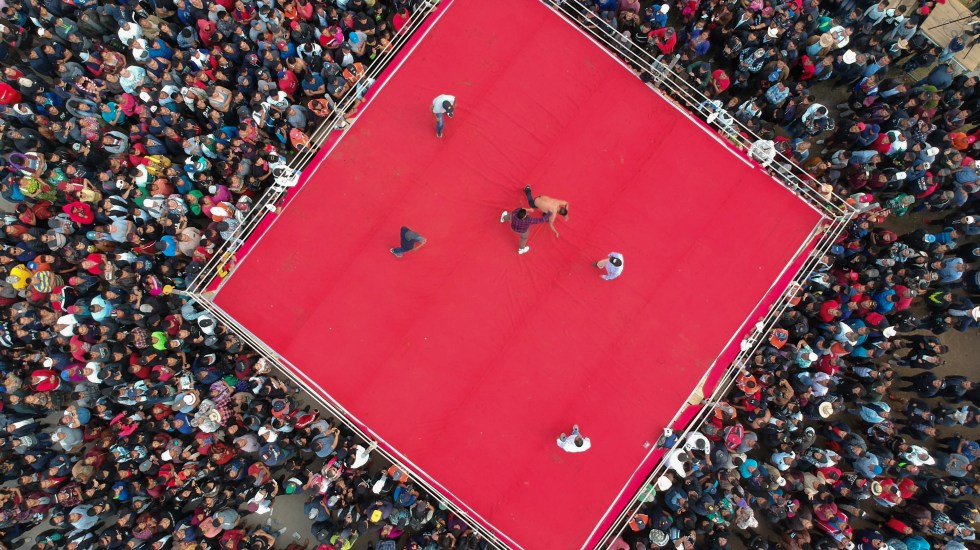 Viernes Santo, ritual de puñetazos en aldea maya de Guatemala - Aerial view showing competitors fighting during a traditional bare knuckle boxing tournament at the Chivarreto village, Totonicapan departament, 205 km west of Guatemala city on April 19, 2019. - Improvised fighters box with a clean fist in a centennial tradition to commemorate Good Friday and the crucifixion of Jesus. (Photo by Carlos ALONZO / AFP)