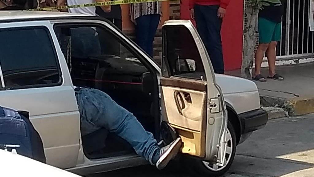 Hombre asesinado a bordo de auto en Av. Sirena. Foto de @alertasurbanas