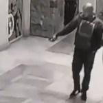 #Video Pareja roba bebedero para perros en plaza comercial de Tijuana - Hombre indica a la mujer el bebedero que se robarán. Captura de pantalla