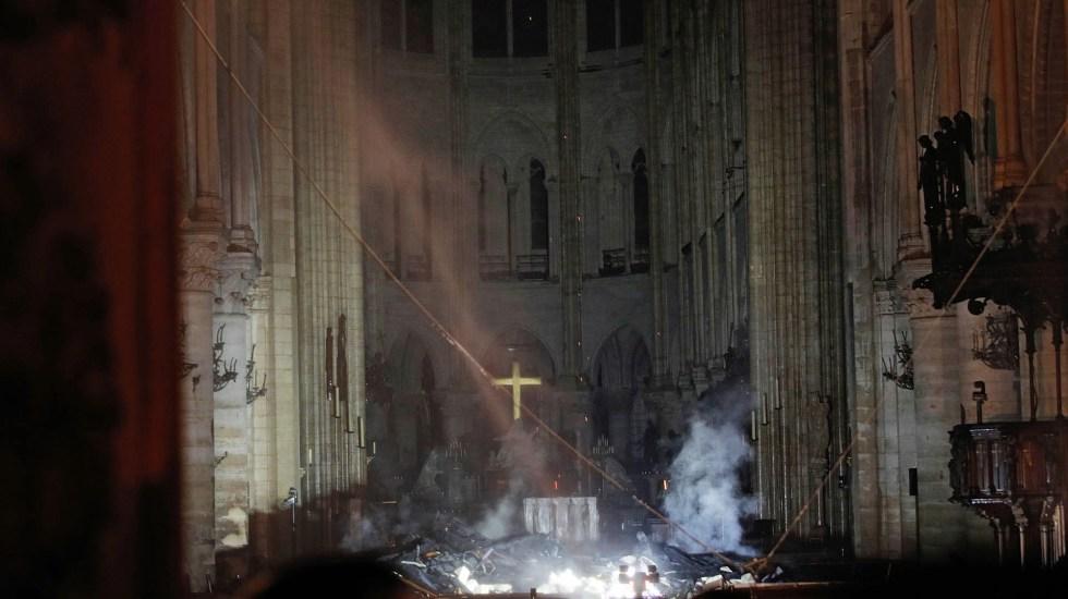 #Video El interior de la catedral de Notre-Dame tras incendio - El humo se levanta frente a la cruz del altar en la catedral de Notre Dame en París el 15 de abril de 2019, después de que un incendio envolviera el edificio. Foto de Philippe Wojazer/POOL/AFP