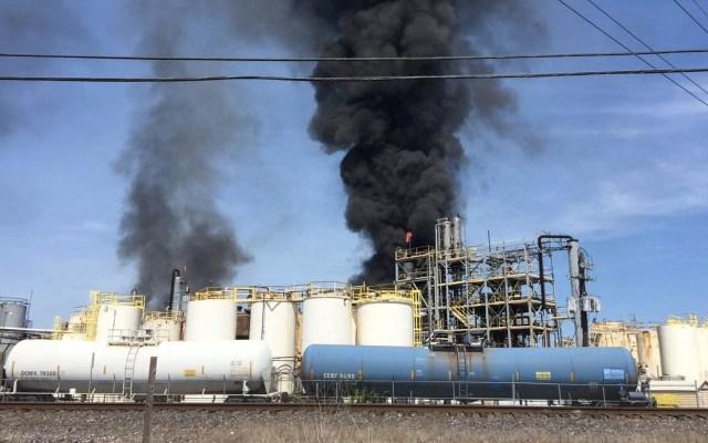 Incendio en planta química de Texas deja al menos un muerto - El percance se debió a que una línea de transferencia se incendió en el área de un tanque de isobutileno. Foto de @hcfmo