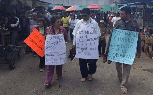 CNDH emite recomendación por humillación a maestros en Chiapas - Catorce docentes de Chiapas fueron obligados a caminar descalzos antes de cortarles el cabello. Foto de Tinta Fresca/Facebook