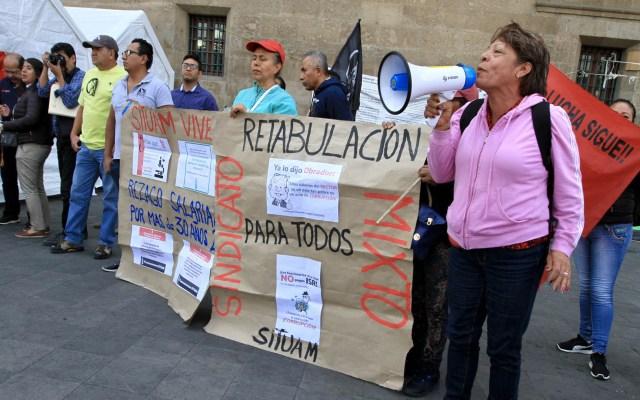 UAM niega aumento salarial a huelguistas - Integrantes del SITUAM manifestándose frente a Palacio Nacional. Foto de Notimex