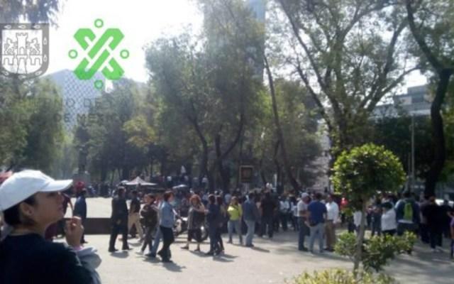 Manifestantes bloquean lateral de Paseo de la Reforma - manifestantes bloquean paseo de la reforma frente al senado