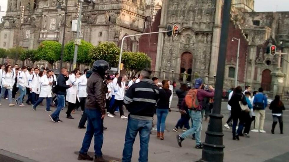 Marcha de médicos residentes del Hospital General llega al Zócalo - Foto de @OVIALCDMX