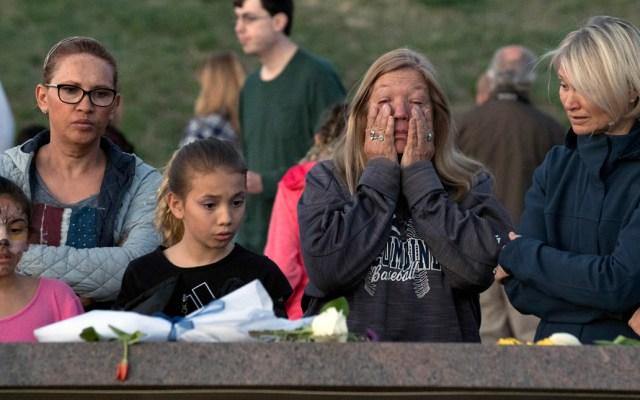 Conmemoran 20 años de la masacre de Columbine en EE.UU. - Doce estudiantes y una maestra fueron asesinados el 20 de abril de 1999, cuando dos adolescentes armados con varias armas y bombas caseras atacaron la escuela. Foto de AFP