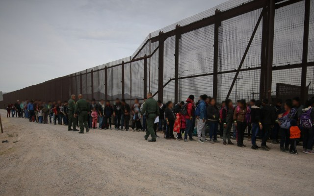 Ejército de EEUU podría instalar carpas para migrantes en frontera con México - Migrantes en frontera de México con Estados Unidos. Foto de @cbpphotos / Flickr