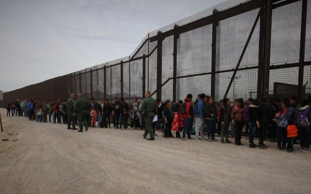EE.UU. ordena bloquear solicitudes de asilo a migrantes centroamericanos - Migrantes en frontera de México con Estados Unidos. Foto de @cbpphotos / Flickr