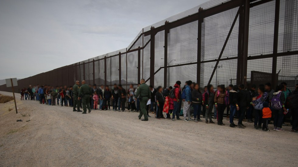 Amenaza de EE.UU. de deportaciones masivas agravaría crisis en frontera: experto - Migrantes en frontera de México con Estados Unidos. Foto de @cbpphotos / Flickr