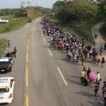 Detienen a 86 migrantes en hoteles de Tapachula, Chiapas - MIgrantes caminan hacia Escuintla desde el municipio de Huixtla, en Chiapas. Foto de Notimex