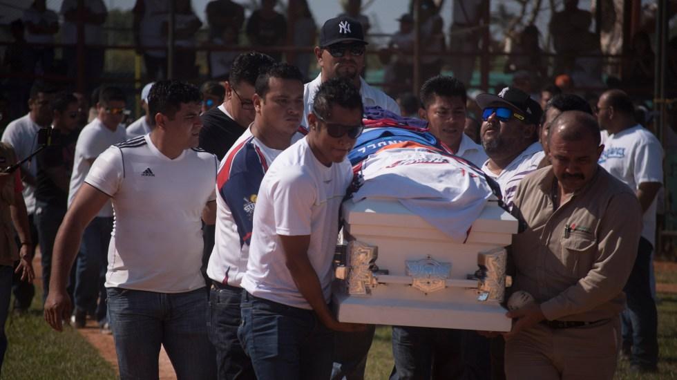 Despiden a las víctimas del multihomicidio en Minatitlán - 90421132. Minatitlán, Ver. 21 Abr 2019 (Noimex-Ángel Hernández).- Familiares y amigos dan el último adiós al  pequeño Santiago y su padre César, víctimas de la masacre ocurrida el pasado viernes 19 de abril fueron llevadas por última vez al campo de las ligas pequeñas de béisbol, donde el féretro de ambos dio una carrera final, recibiendo porras y aplausos. NOTIMEX/FOTO/ÁNGEL HERNÁNDEZ/STAFF/DIS/