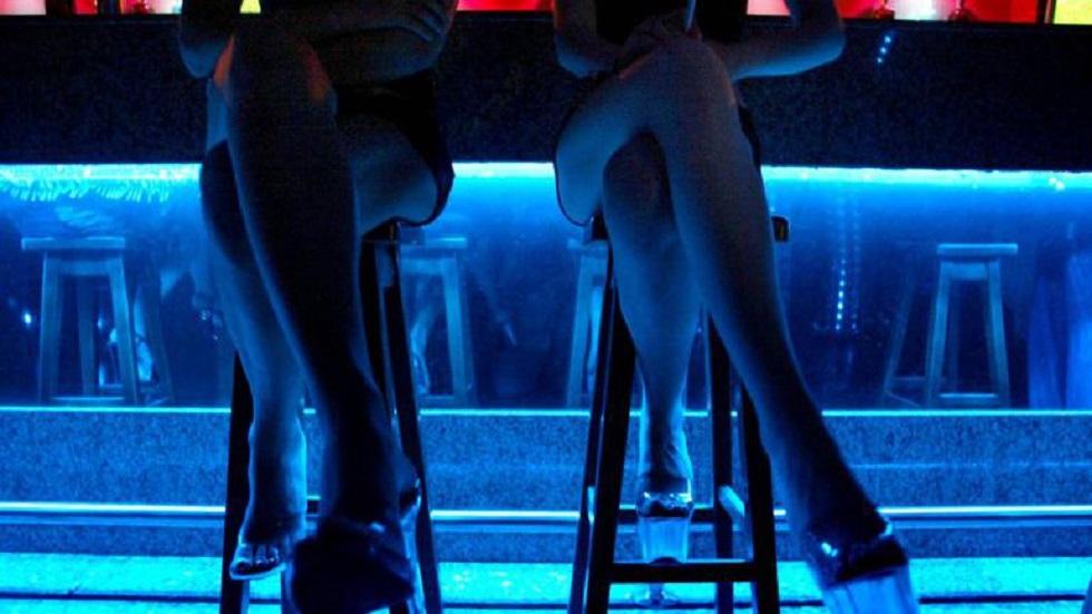 Diputados aumentan a más del doble las penas por turismo sexual - Mujeres que ejercen la prostitución dentro de un bar. Foto de Cadena Ser
