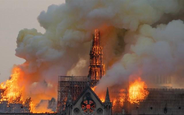 Damnificados del 19S critican a Ebrard por ofrecer ayuda para reconstrucción de Notre-Dame - Notre-Dame en llamas. Foto de AFP