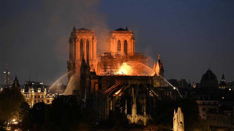 Bomberos dudan poder controlar incendio en Notre-Dame - Foto de Bertrand Guay / AFP