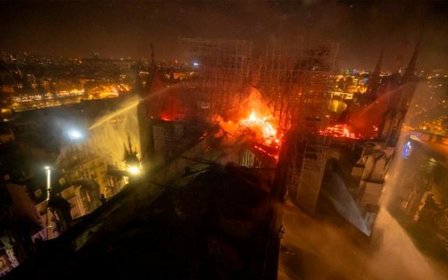 Empresarios franceses donarán 300 mde para reconstruir Notre-Dame - Foto de @PompiersParis