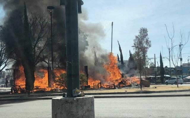 Mujer provoca incendio en campamento de indigentes en la alcaldía Cuauhtémoc - Foto de @MrElDiablo8