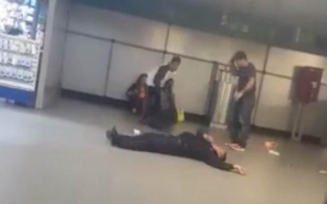 #Video Revelan nocaut a policía en Metro Salto del Agua - Policía noqueado en Metro Salto del Agua. captura de pantalla