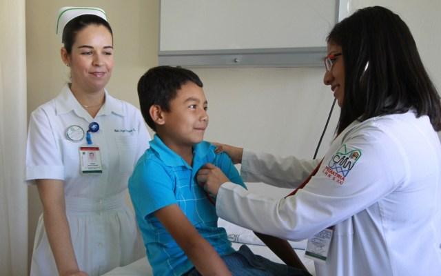 IMSS llama a evitar la obesidad infantil con alimentación y ejercicio - Rinitis menor joven IMSS doctora doctor jóvenes niño