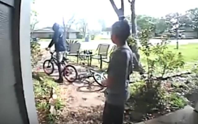 #Video Niño suplica a hombre no robar su bicicleta - Foto de captura de pantalla