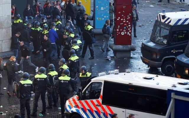 Detienen a 60 seguidores del Ajax armados en Turín - Foto de Daily Mail