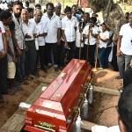 """Sri Lanka reconoce """"fallos"""" en seguridad tras atentados - Familiares lloran durante la ceremonia de entierro de una víctima de la explosión de una bomba en un cementerio en Colombo, tres días después de una serie de explosiones de bombas en iglesias y hoteles de lujo en Sri Lanka. Foto de Jewel SAMAD / AFP."""