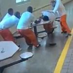 #Video Supremacista blanco ataca a reos negros esposados a una mesa