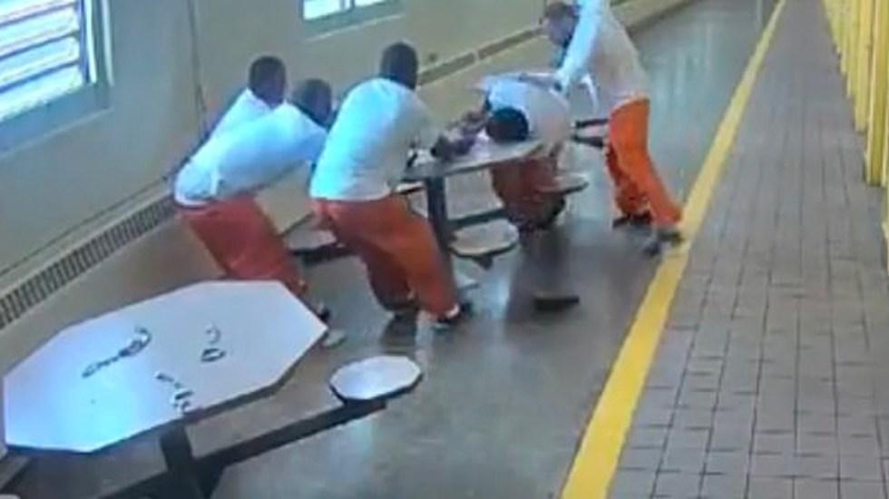 #Video Supremacista blanco ataca a reos negros esposados a una mesa - Captura de pantalla