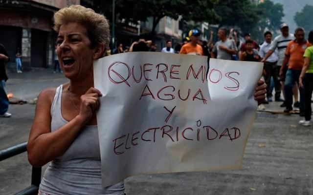 Venezolanos sin agua y paralizados por apagones - Foto de AFP