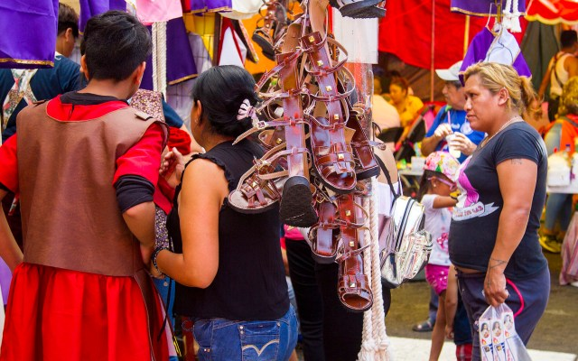 Ventas durante la Pasión de Cristo en Iztapalapa - Nazarenos y actores que participaran en la 176 Representación de la Pasión de Cristo en Iztapalapa, compran los últimos artículos para sus atuendos. Foto de Notimex-José Pazos.
