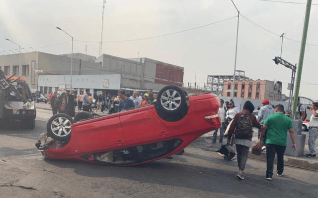 Auto sufre volcadura en Eje Central - eje central