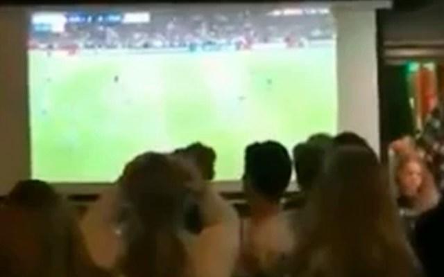#Video Aficionados de Ajax cuentan los últimos segundos antes de ser eliminados - aficionados