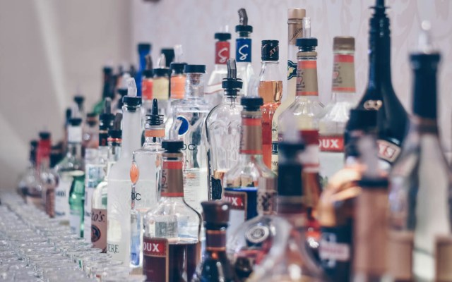 Suman 78 intoxicados por alcohol adulterado en Jalisco - Fotografía de bebidas alcohólicas. Foto de Ibrahim Boran para Unsplash