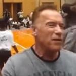 #Video Agreden a Arnold Schwarzenegger con patada voladora