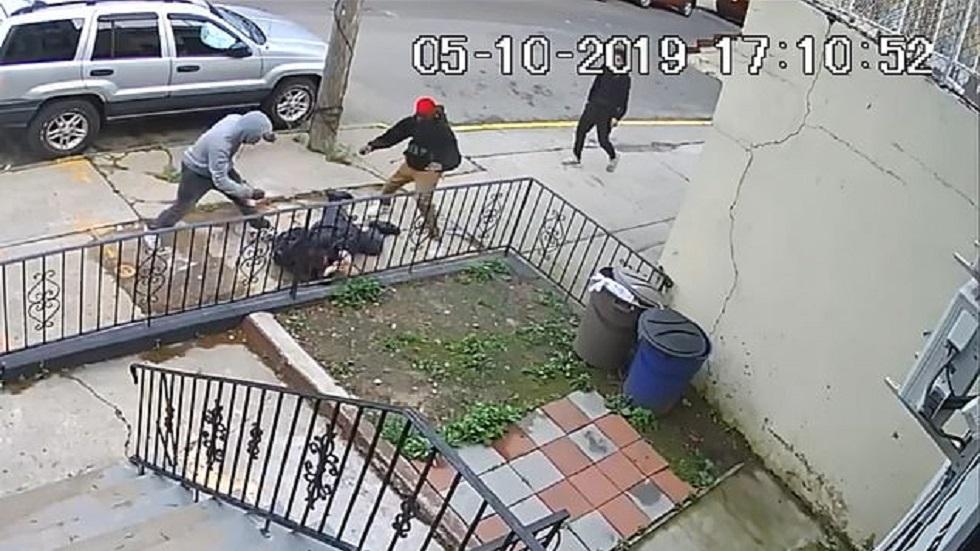 #Video Jóvenes golpean a hombre para robarle en Nueva York - Ataque a hombre en Nueva York. Captura de pantalla