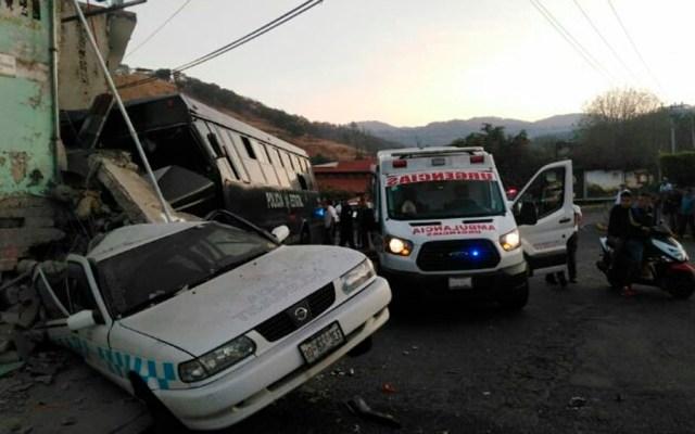 Choque deja dos policías muertos y 11 heridos en Tejupilco - choque camion policia taxis Tejupilco