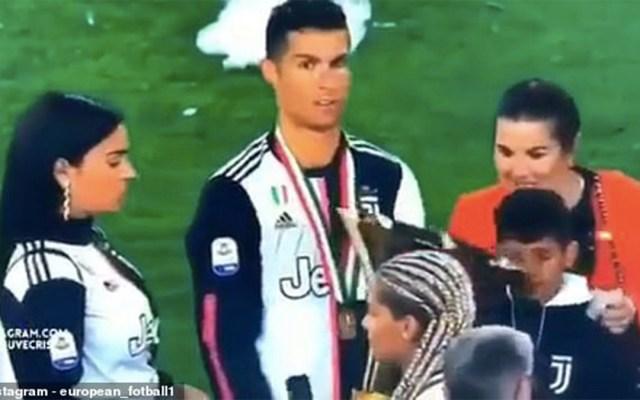#Video Cristiano Ronaldo golpea a su hijo con el trofeo de la Juventus - Cristiano Ronaldo golpea a su hijo con trofeo