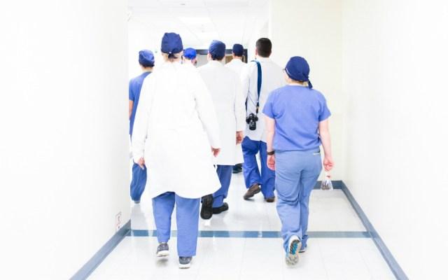 """Colegio de Médicos rechaza formación de """"médicos descalzos"""" - Ilustrativa. Foto de Luis Melendez para Unsplash"""