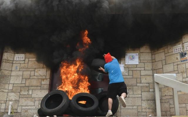 Encapuchados provocan incendio en embajada de EE.UU. en Honduras - Foto de AFP
