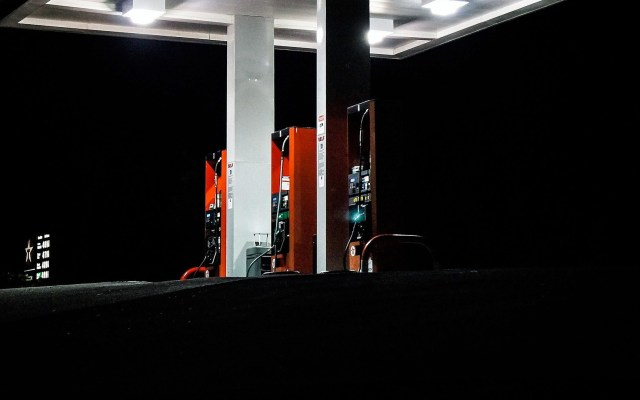 Doce gasolineras se negaron a ser verificadas: Profeco - Estación de carga de gasolina. Foto de Unsplash