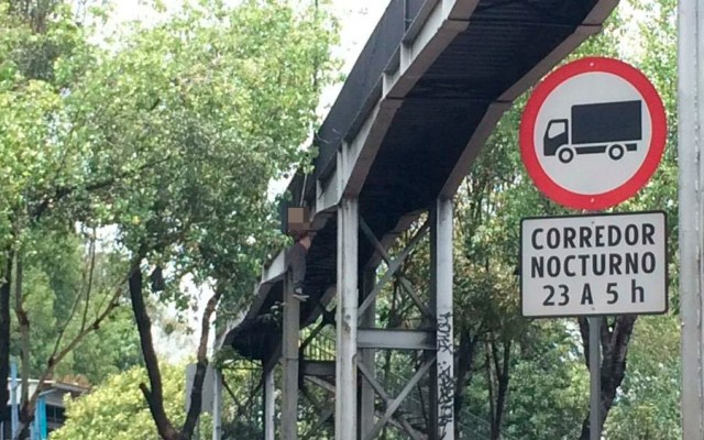 Encuentran a hombre colgado en puente peatonalde Circuito Interior - hombre colgado peralvillo