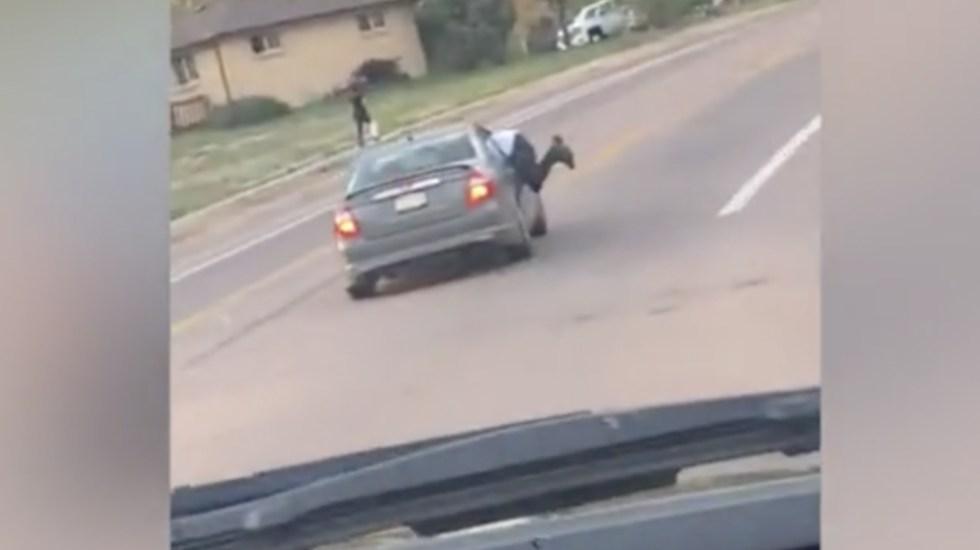 #Video Hombre cuelga de ventanilla de auto que viaja a gran velocidad - Foto de ViralHog.com